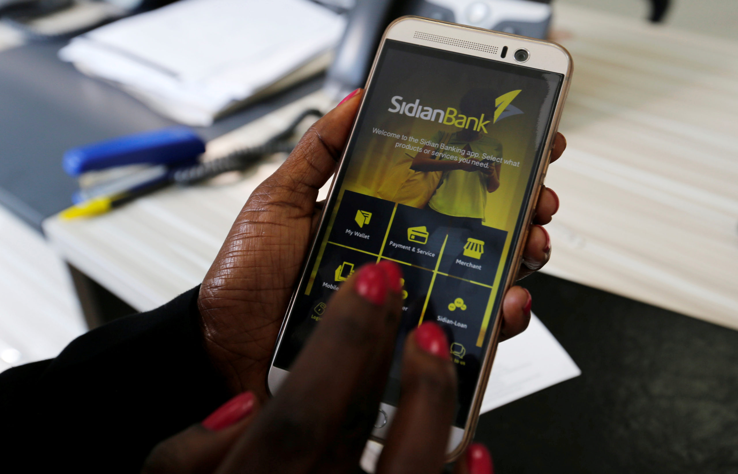 africaine utilise app mobile android